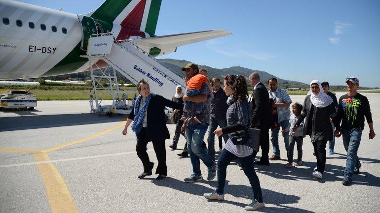 Las familias musulmanas suben al avión papal