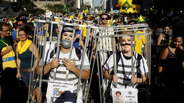 Manifestantes en San Pablo, llevan muñecos del ex presidente Lula Da Silva y la presidente Dilma Rousseff, se manifiestan en favor del impeachment de la presidenta. Foto: AP / Andre Penner