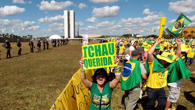 Manifestantes en Brasilia en favor del impeachment de la presidenta Dilma Rousseff, con un cartel que dice ¨Chau querida¨. Foto: AP / Joedson Alves