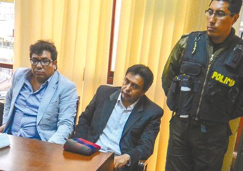 Pleito. El abogado Mendoza (centro) en espera de su audiencia. Foto: APG
