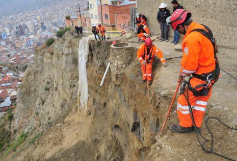 Obreros fueron trasladados a la zona de riesgo.
