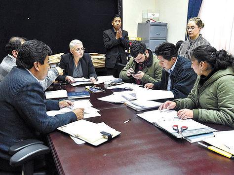 Comisión. Legisladores de la Asamblea Plurinacional revisan las hojas de vida de los aspirantes a Defensor del Pueblo.