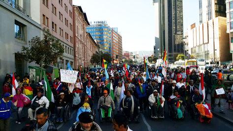 La marcha de los discapatados en la ciudad de La Paz. Foto: Ángel Guarachi