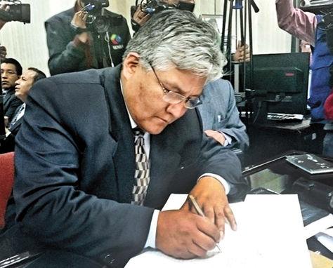 Aspirante. Acarapi abre con su firma el libro de postulaciones.