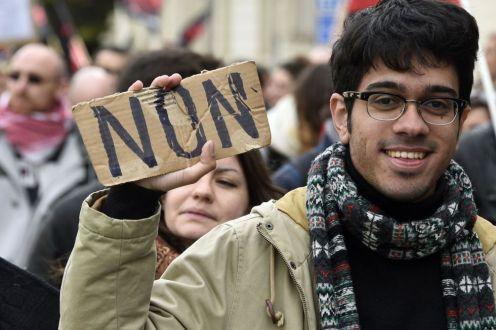 """Un manifestante sostiene un cartel que dice """"No"""" durante la manifestación en las calles de Rennes, Francia. DAMIEN MEYER (AFP)"""