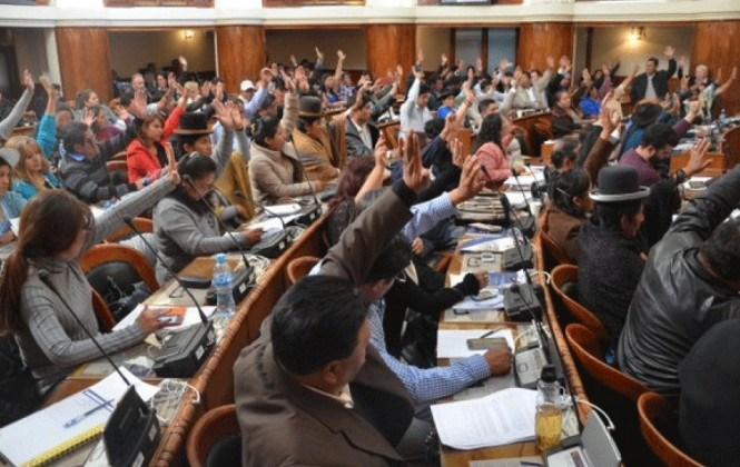 Legislativo reduce a 15 años la no militancia de los postulantes a Contralor