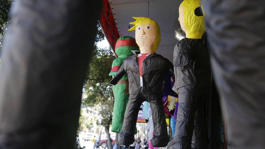 Piñatas alusivas a Donald Trump a la venta en una piñatería de San Francisco, California.(Eric Risberg/Reuters)