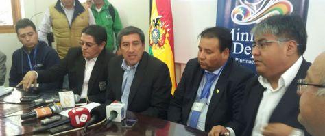 Autoridades del Ministerio de Deportes y dirigentes de la Liga.