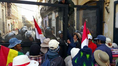 Los discapacitados intentaron ingresar nuevamente a plaza Murillo. Foto: Ángel Guarachi