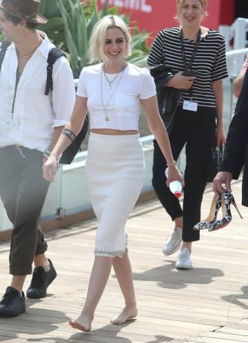 Kristen Stewart camina descalza por las calles de Cannes hacia el