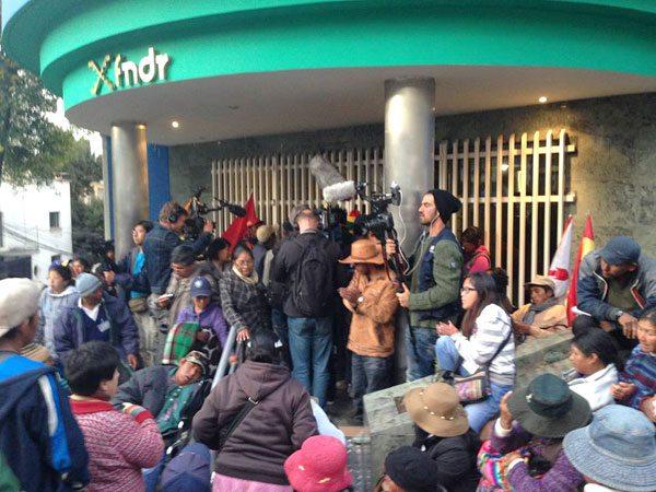 LAS PERSONAS CON DISCAPACIDAD PROTESTAN FRENTE AL EDIFICIO DEL FNDR. OCURRIÓ EL SÁBADO.