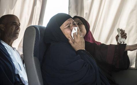 Familiares de los pasajeros del vuelo de Egyptair desaparecido esperan más información.