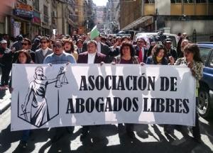 Abogados marcharon en diferentes ciudades exigiendo garantías para su profesión