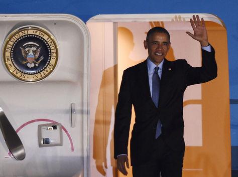 Barack Obama desciende del avión presidencial.