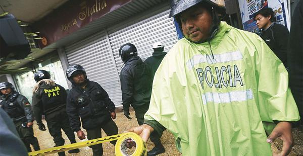 Efectivos policiales hicieron un cordón para realizar la requisa y sacar muestras