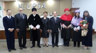 Autoridades academicas de la UPV y UPSA con los graduados