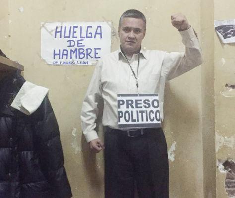 El abogado Eduardo León se declaró en huelga de hambre.