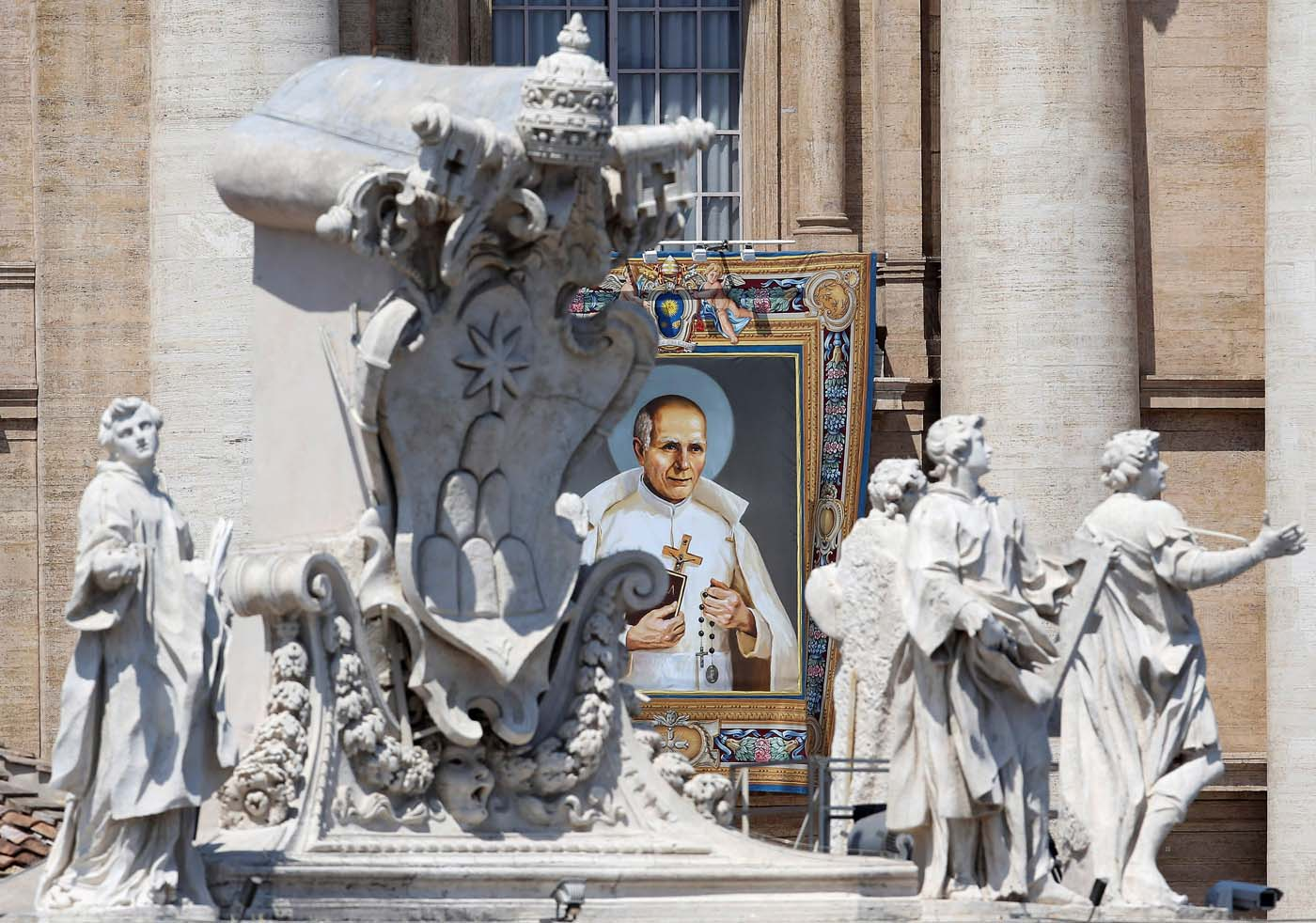 2016-06-05T100422Z_1817804667_S1AETIDEWCAA_RTRMADP_3_POPE-CANONISATION