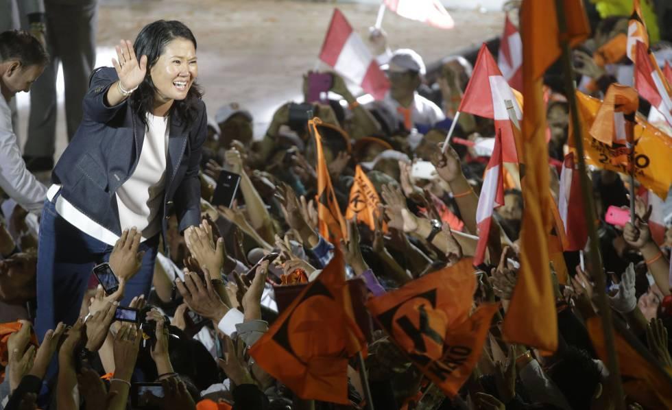 La candidata presidencial Keiko Fujimori saluda a sus seguidores.