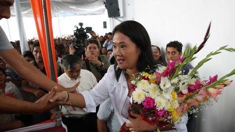 La candidata a la presidencia de Perú, Keiko Fujimori, participa hoy, martes 10 de mayo de 2016, de un acto proselitista en el populoso distrito limeño de San Juan de Lurigancho (Perú). Fujimori aseguró a los medios locales que no rehuye de debatir con Kuczynski en el norte de Perú mientras se trate del único debate que el Jurado Nacional de Elecciones (JNE) organizará antes de los comicios del 5 de junio. Foto: EFE