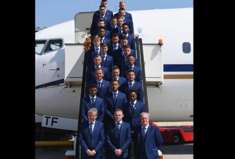 La selección de Inglaterra a su llegada a Francia. Sin duda, el azul es el color de moda para los trajes masculinos.