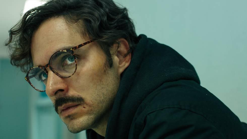 El actor colombiano Manolo Cardona en un fotograma de la serie.