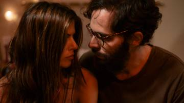 Un fotograma de la serie con Manuel Cardona y Stephanie Cayo.