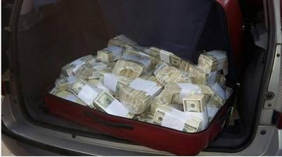 Una de las valijas con dinero que se incautaron. (DyN)