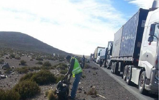 Transportistas denuncian abusos de funcionarios chilenos que hasta les hacen limpiar la carretera