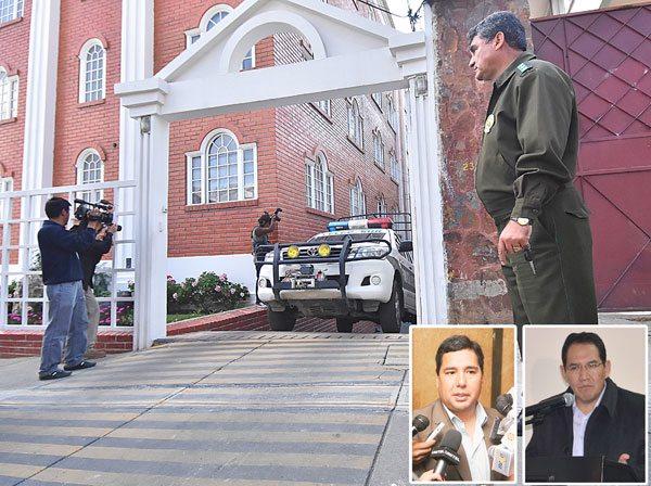 EL VEHÍCULO DE POLICÍA QUE TRASLADÓ EL CUERPO DE ANA MARÍA FORTÚN A LA MORGUE.  EN RECUADROS EL FISCAL MARCO ANTONIO VARGAS Y EL FISCAL GENERAL, RAMIRO GUERRERO.