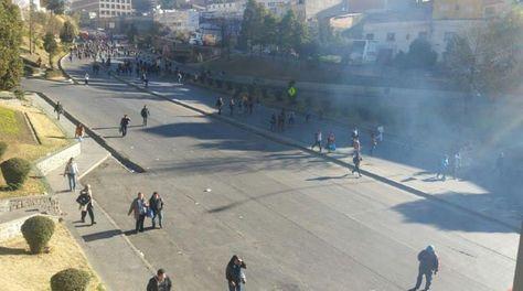 La Policía gasifica a maestros urbanos que bloqueaban la Autopista, altura Cervecería (Foto: Víctor Hugo Rojas)