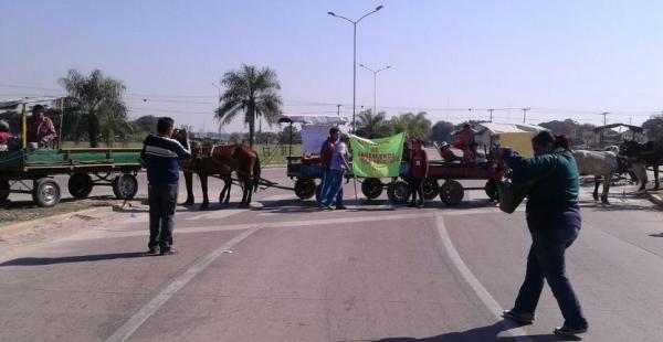 Los carritos protagonizaron un bloqueo de la avenida San Aurelio, en el ingreso al Plan Tres Mil