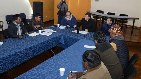 Los ministros de la Presidencia, Juan Ramón Quintana; de Educación, Roberto Aguilar; y de Trabajo, Gonzalo Trigoso sostienen una reunión con la dirigencia de la Central Obrera Boliviana (COB) para analizar las propuestas sobre el caso de Enatex y otros temas pendientes. Foto: ABI