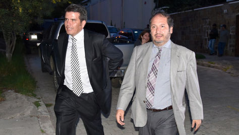 William Sánchez y Wálter Zuleta, abogados de Gabriela Zapata, en la requisa que participaron al domicilio de su cliente. Foto: Oswaldo Aguirre - archivo