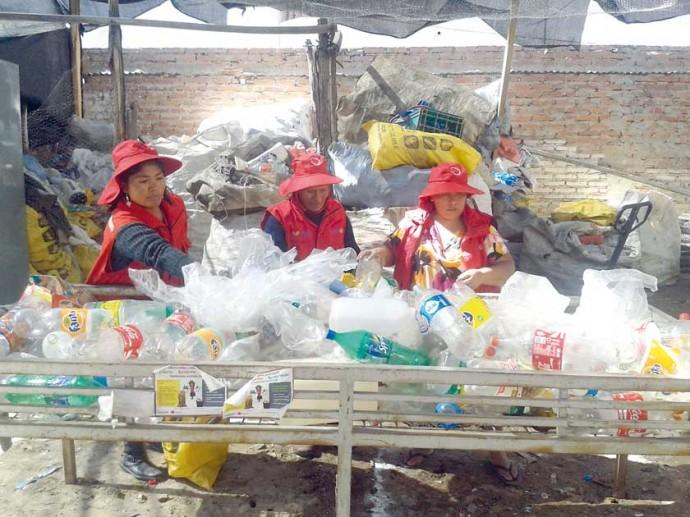TRABAJO. Dos asociaciones recolectan residuos sólidos y los venden.