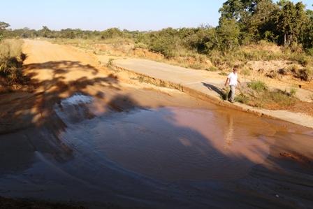 Ref. Fotografia: Hidrografía. Por toda la zona pasan varias pequeñas vertientes de agua, muchas por terrenos privados y al intentar ser desviadas, estas con el tiempo incrementan y se desboran.