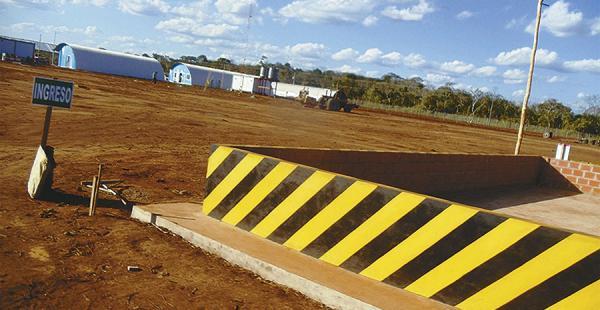 La maquinaria trabaja en el área destinada a la pista de aterrizaje