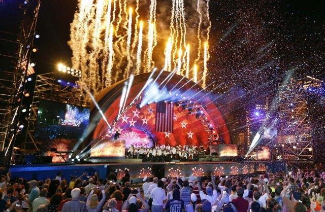 Fuegos artificiales salen de detrás del escenario del Hatch Shell durante los ensayos para el Boston Pops Fireworks Spectacular en el Esplanade de Boston, el 3 de julio de 2016. (AP Foto/Michael Dwyer)