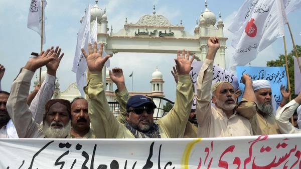Manifestantes sostienen pancartas y gritan consignas durante una protesta en contra de los atentados contra la mezquita de la ciudad de Medina y contra un templo chiíta en Arabia Saudita. EFE