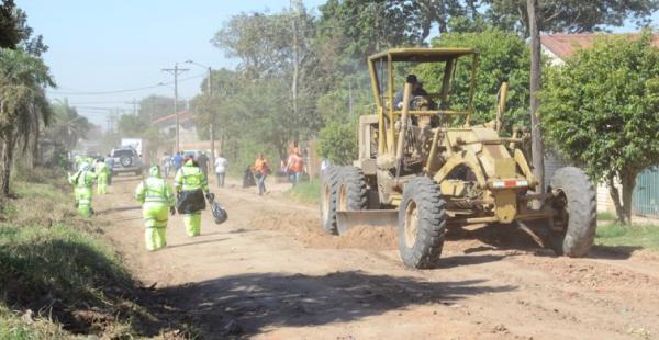 Los tractores raspan las calles de tierra, mientras que el personal de Emacruz saca la basura
