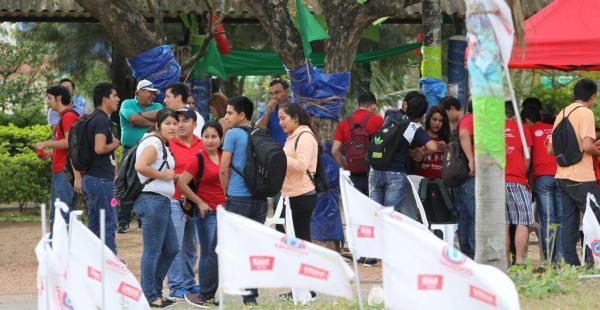 Los universitarios todavía aguardan la apertura de las mesas