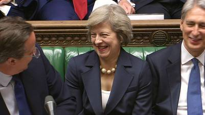 Cameron, que será sustituido hoy por la ministra de Interior, Theresa May, presidió esta última sesión antes de acudir al palacio de Buckingham para presentar su dimisión a la reina Isabel II. AFP