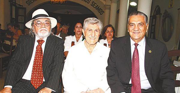 carrera artística son casi 60 años que el pintor alegra la vida con sus pinceladas Tito Kuramotto, Lorgio Vaca y Raúl Gantier se sentaron en primera fila para el homenaje
