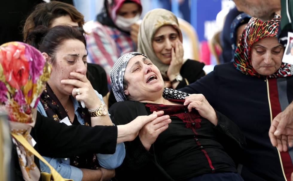Familiares de las víctimas lloran junto al ataúd de un miembro de las fuerzas especiales turcas, asesinado durante el intento de golpe de estado.