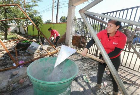 Los estudiantes comenzaron el trabajo de limpieza hacen en la universidad