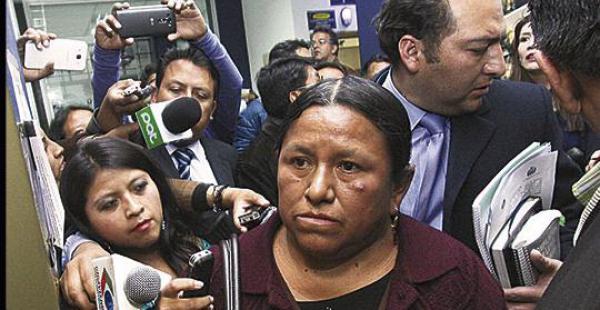 La exministra Nemesia Achacollo al momento de llegar a la Fiscalía con sus abogados