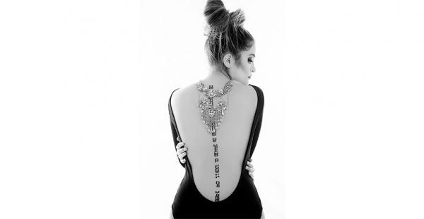 El tatuaje que luce en su espalda son las fechas del nacimiento y fallecimiento de su padre, los 'cumples' de su madre y sus hermanos