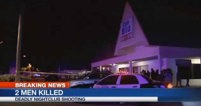 La gente rodea el lugar del fatal tiroteo en el Club Blu de Fort Myers, Florida. / AP
