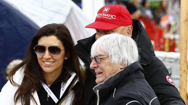 Bernie Ecclestone posa junto a su esposa Fabiana Flosi durante la  Copa del Mundo de esquí alpino. 23 de enero de 2016.