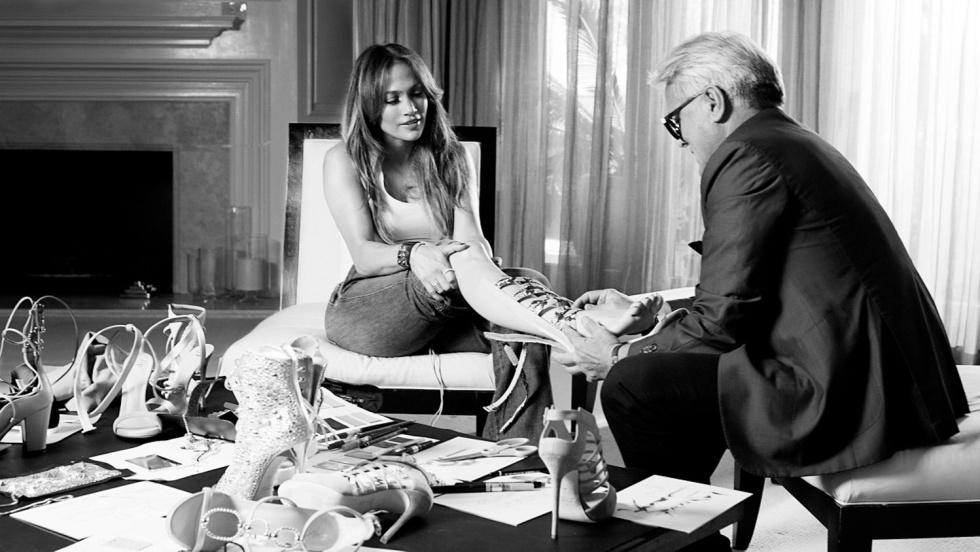 Jennifer Lopez se prueba uno de los zapatos que ha diseñado junto a Guiseppe Zanotti.
